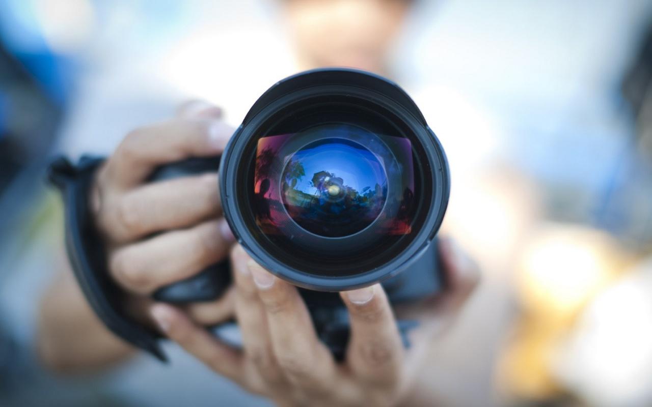 cameraman-reflection-with-camera--1280x800